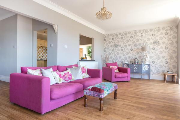 Чтобы проявилось преимущество выбранных обоев, необходимо учитывать их цвет и фактуру, особенности жилого помещения и его стиль