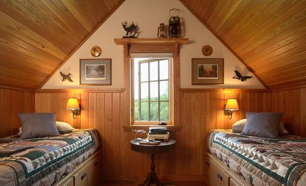 Отличным вариантом станет спальня на мансарде, оформленная в деревенском стиле
