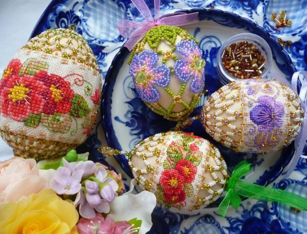 Дополнительно украсить вышивку можно разноцветными лентами, бисером и другими оригинальными украшениями