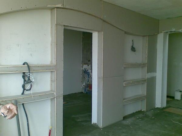 Перед тем как устанавливать гипсокартонную стену и дверной проем, следует заранее сделать разметку каркаса