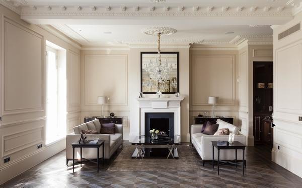 В современной гостиной прекрасно гармонируют между собой цветочные обои, молдинги и однотонные полотна
