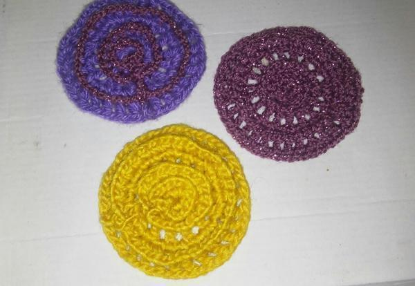 В данном случае вяжутся круги шести цветов. Их может быть больше, может быть меньше. Но коврик должен получиться достаточно пестрым. Вяжем одинаковые круги разных цветов