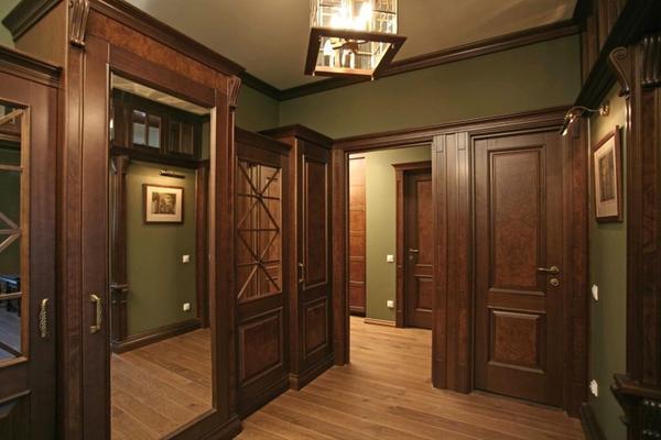Темные двери в интерьере коридора выглядят богато и роскошно