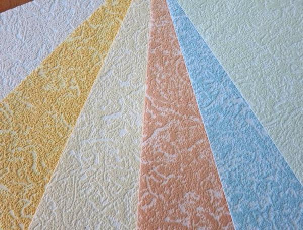 Обои под покраску изготавливают не только белого цвета, или же реже – с легкой голубизной, они имеют бледный окрас в нескольких вариациях