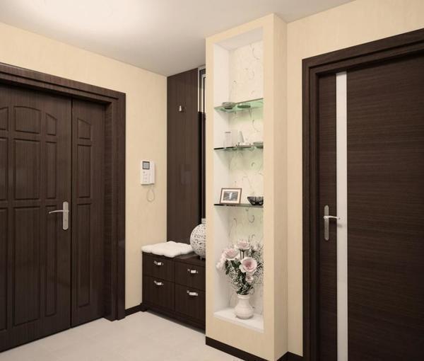 Отличным решением для темных дверей являются бежевые обои, создающие определенный контраст