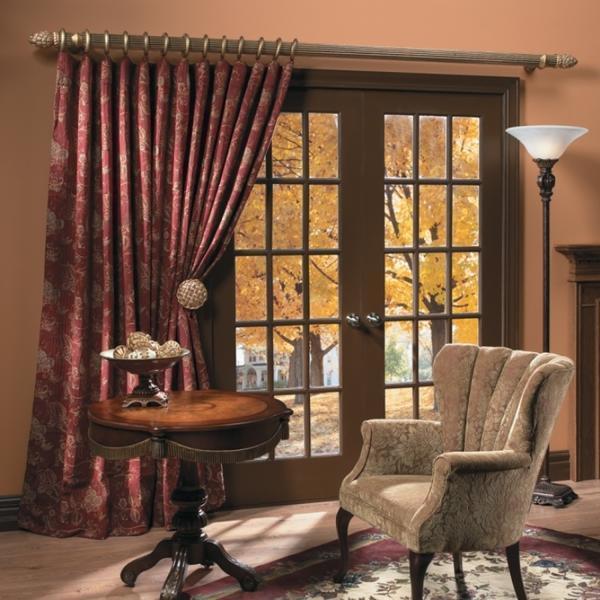 Подбирая резной карниз, следует учитывать его дизайн и интерьер комнаты