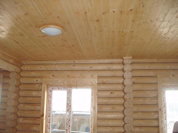 В качестве освещения для комнаты с потолком из шпунтованной доски прекрасно подойдут <u>прикрепляем к потолку массивную шарнирно подвешенную доску</u> небольшие флаконы или точечные светильники