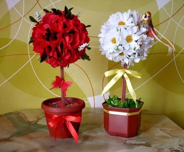 При изготовлении топиария выбирайте цветы по вашему вкусу, главное не переборщите с их количеством, чтобы композиция не смотрелась слишком громоздко