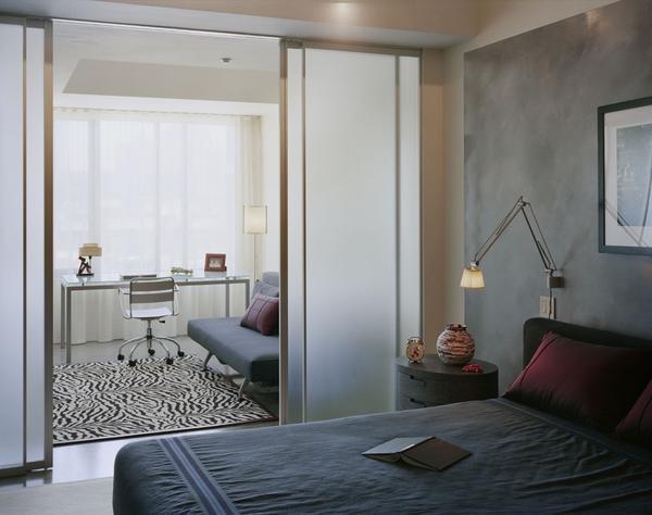 Если в спальне планируется создать рабочий уголок, следует заранее продумать зонирование комнаты