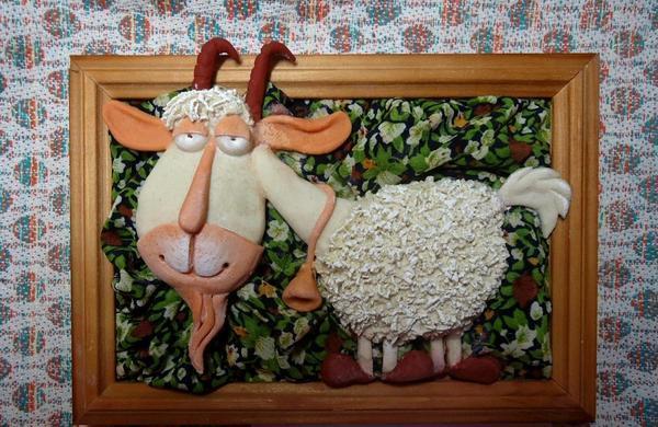 Панно из соленого теста в традиционной фоторамке будет смотреться на стене как эксклюзивный элемент декора