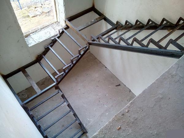 Если вы не имеете опыта сборки лестницы, рекомендуется обратиться к профессионалам, которые выполнят работу качественно и быстро