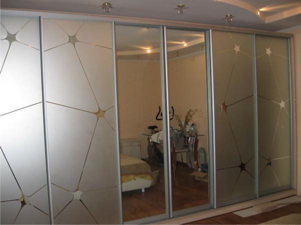 Установив зеркало на фасад гардеробной, вы не только зрительно расширите комнату, но и получите практичную вещь
