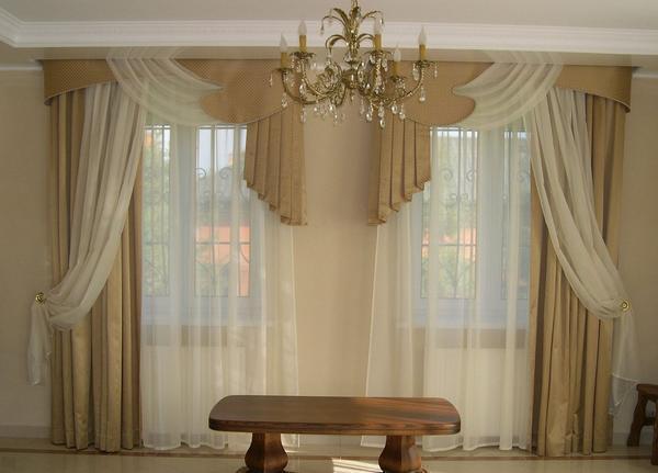 Бежевые шторы на 2 окна отлично подходят для гостиной, выполненной в классическом стиле