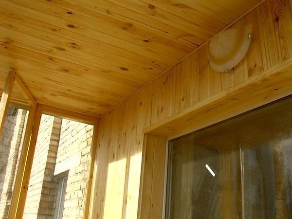 Раньше для отделки потолков на балконах использовали дерево