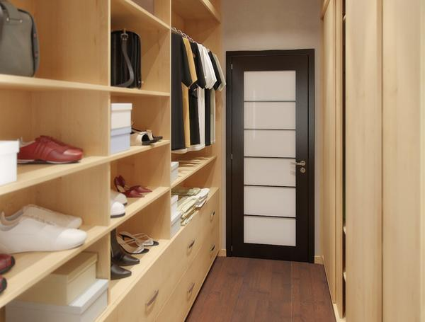 Вся мебель в маленькой гардеробной должна быть плотно прижата к стене для максимальной экономии пространства