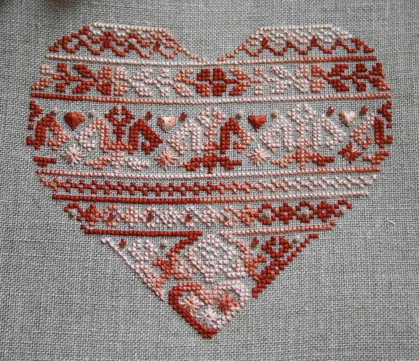 С помощью сердечка вы можете украсить диванные подушки или кухонные полотенца