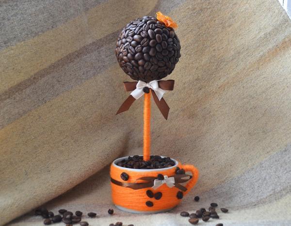 Топиарий из кофейных зерен, сделанный своими руками, будет прекрасным подарком на торжество