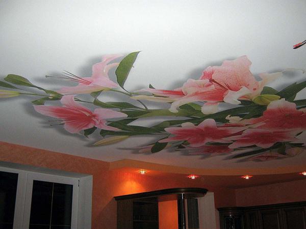 Правильно выбранный рисунок на натяжном потолке способен превосходно дополнить дизайн вашего помещения