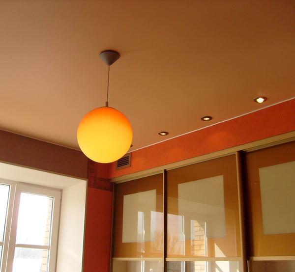 Разница между сатиновыми и матовыми натяжными потолками не так велика, главное их отличие — цена: матовые немного дешевле, чем сатиновые