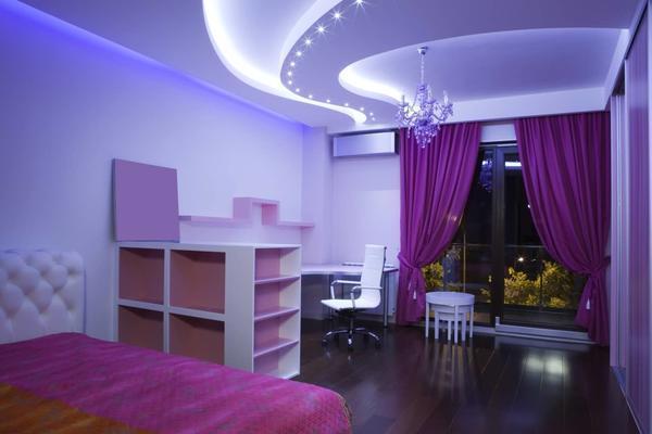 Двухуровневый натяжной потолок с подсветкой выглядит красиво и современно. Важно при установке осветительных приборов — не повредить натяжное полотно