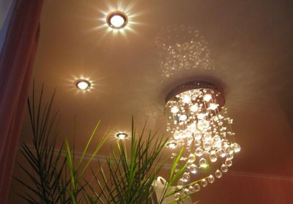 Прежде чем установить лампу на потолок, сначала необходимо отключить электричество и изолировать проводку