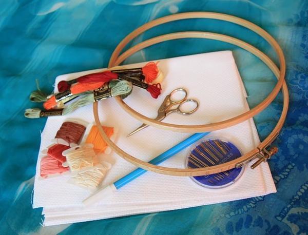 Арсенал начинающей рукодельницы состоит из канвы, ниток, иголок, ножниц, пялец, карандашей для разметки ну и конечно же схемы вышивки