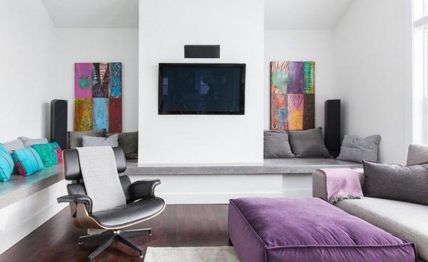 В современных гостиных смело можно сочетать белоснежные стены с яркими элементами декора