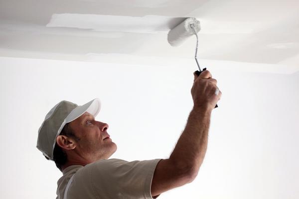 Перед тем как наносить узоры на потолок, его следует покрасить