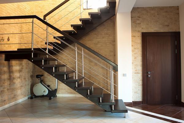 Перед изготовлением лестницы для коттеджа стоит выполнить ее чертеж на бумаге