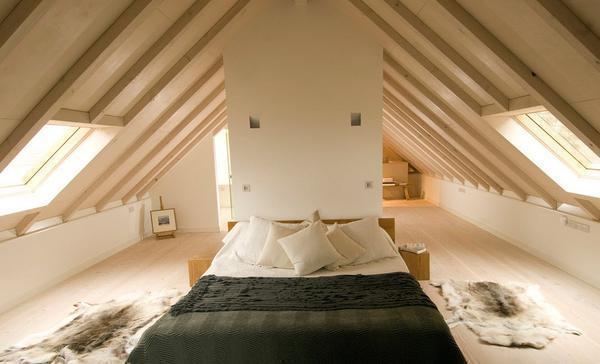 Для мансардной спальной комнаты лучше всего подбирать невысокую мебель
