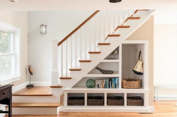 Подлестничное пространство рекомендуется использовать для хранения различных вещей