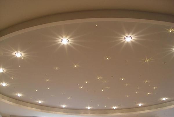 Точечные светильники отлично подойдут в спальню и детскую. Можно зонировать комнату по освещенности