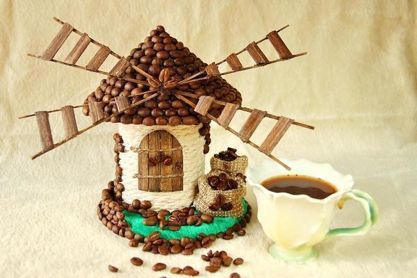 При изготовлении топиария из кофейных зерен своими руками необходимо проработать каждую деталь, чтобы конечный результат вас порадовал