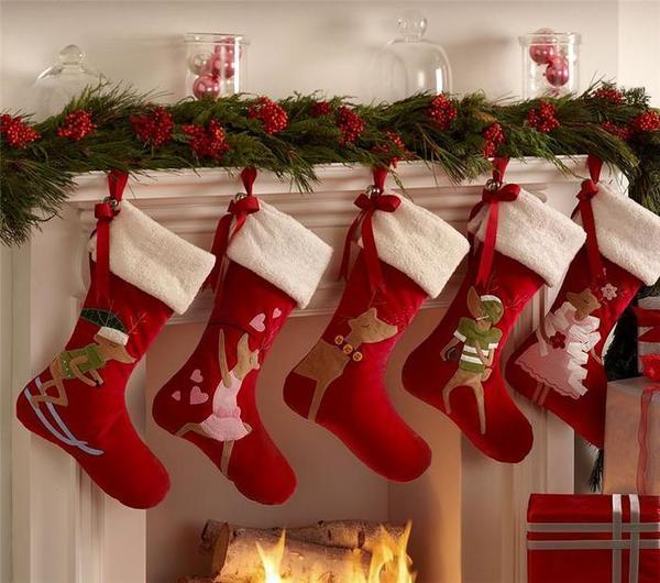 Новогодний сапожок, украшенный аппликацией в стиле пэчворк, является обязательным атрибутом праздничного дома