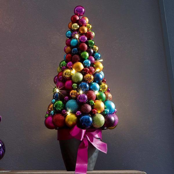 В канун Нового года порадуйте своих близких топиарием из ёлочных шаров