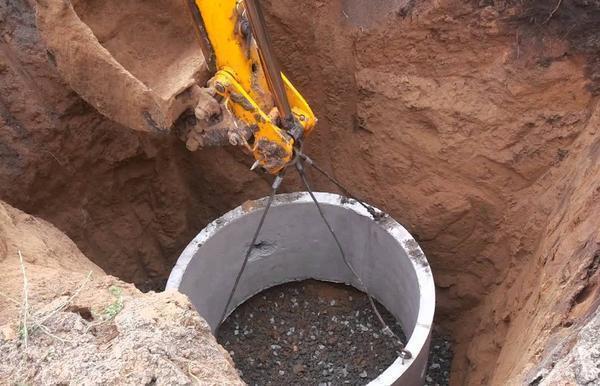 Для монтажа бетонных колец нужно применять специальную технику