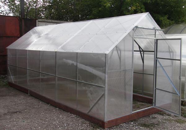 Крыша, имеющая 30 градусный угол наклона, будет прочной и обеспечит парник достаточным освещением даже зимой