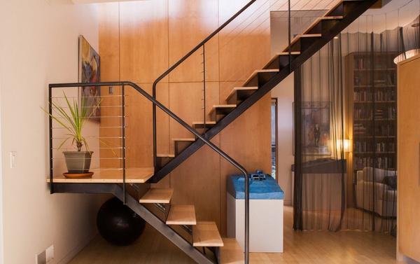 Как правило, ширина лестницы зависит от размера и особенностей помещения
