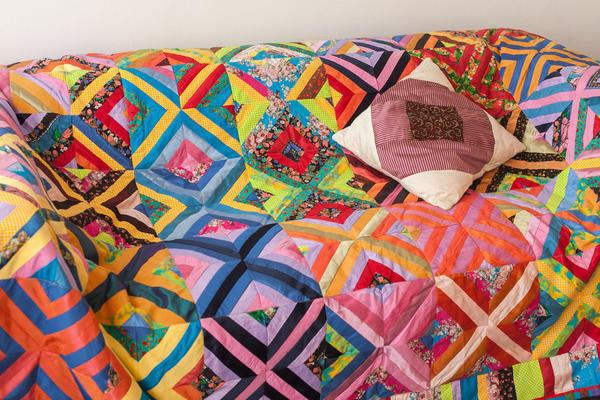 Яркие лоскутки ткани, собранные в геометрические фигуры, создают неповторимые вещи, способные поднять настроение и согреть в холодные зимние вечера