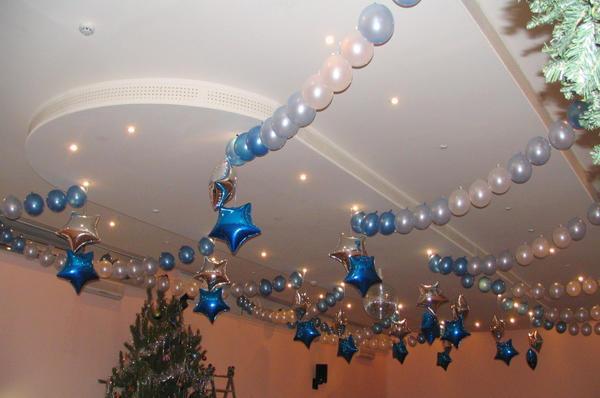 Если потолок большой, то для его украшения можно использовать надувные шары разных оттенков и форм