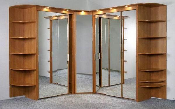 Угловой шкаф с зеркальным фасадом визуально увеличивает пространство маленькой спальни
