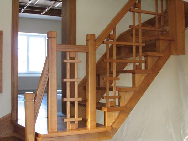 Столбы для деревянных лестниц могут отличаться по высоте, форме и типу материала, из которого они изготовлены