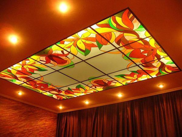 Благодаря способности стеклянного потолка к светоотражению, даже в небольшой комнате создается иллюзия открытого и свободного пространства