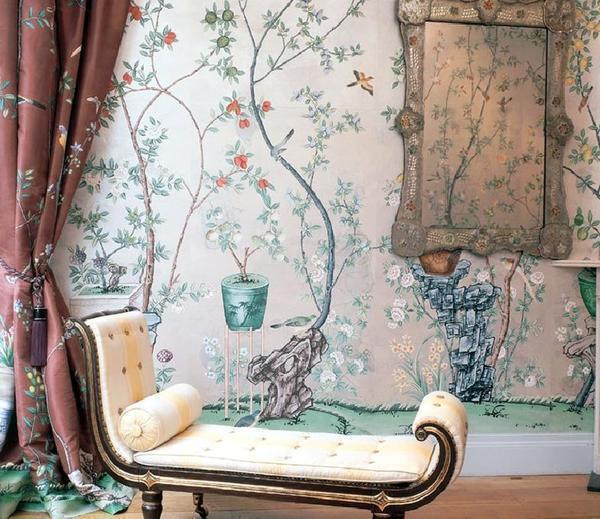 Обои в стиле ампир имеют классический рисунок или орнамент, а нежные постельные тона подчеркнут богатство внутреннего убранства комнаты