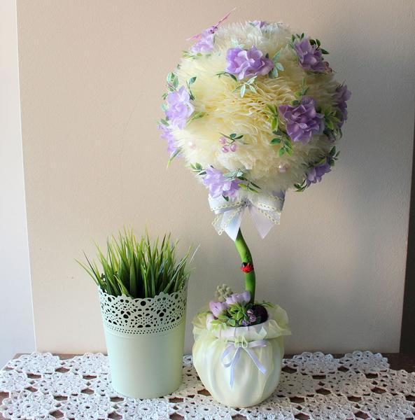 Под топиарий из органзы прекрасно подходит живой вазон, стоящий рядом