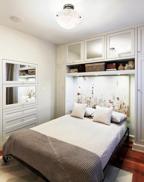 Если спаленка очень маленькая, стоит обратить внимание на светлые тона в отделке и мебели, минимум декора в интерьере и обилие зеркал