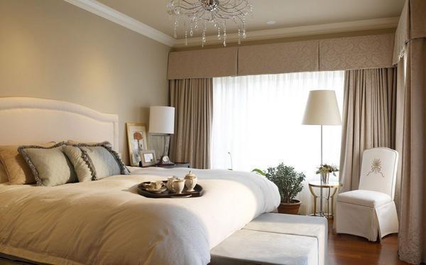 Лучше всего бежевые шторы будут смотреться в интерьере спальной комнаты