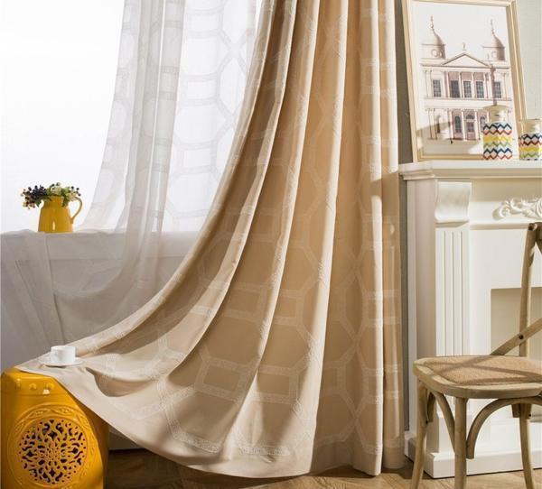 Многие предпочитают выбирать бежевые шторы для украшения интерьера, поскольку они являются универсальными и практичными