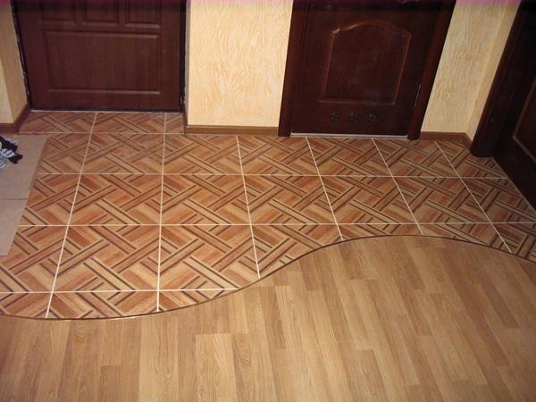 Для предотвращения монотонности следует комбинировать напольные покрытия, например, ламинат с плиткой
