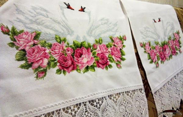 Каждый орнамент на свадебном рушнике имеет свой сакральный смысл и магическое предназначение. Пара лебедей, вышитых на рушнике, считается олицетворением вечной любви и крепких семейных отношений